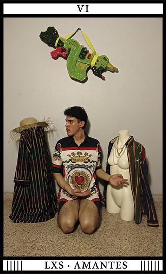VI LXS AMANTES foto performance Ezequiel Díaz. Escultura de foam de Poncili Creación. Foto Miguel Figueroa. Taller Virtualismo Rebelde _ MATERIC.ORG _